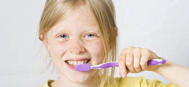 Niña se cepilla dientes
