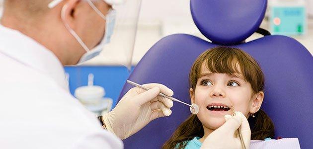 Niña en la consulta del dentista