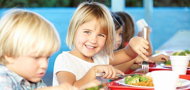 Niños comen en el comedor