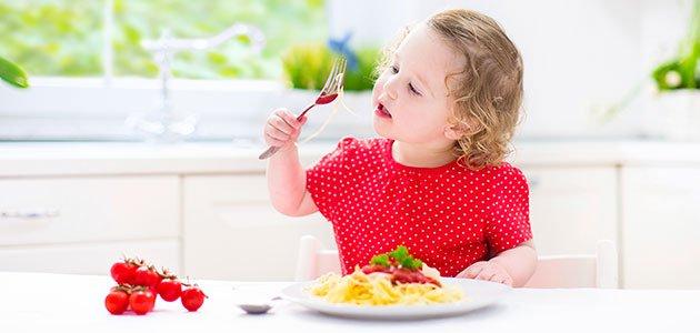 Niña come pasta
