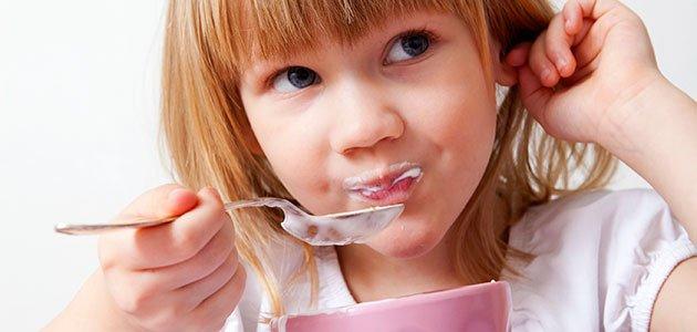 niña come yogur