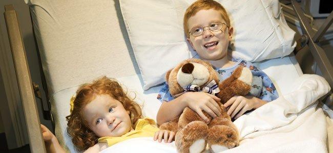 NIña con hermano hospital