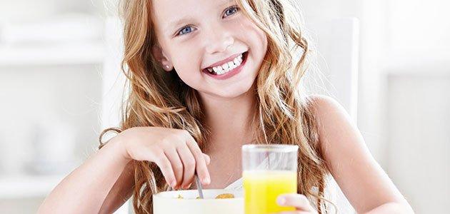 niña desayunando