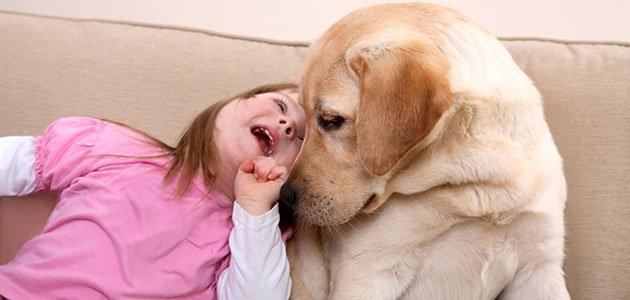 Niña con síndrome de Down con perro