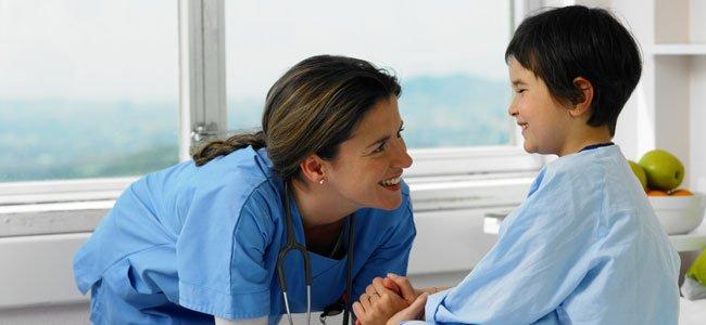 Enfermera con niño en hospital