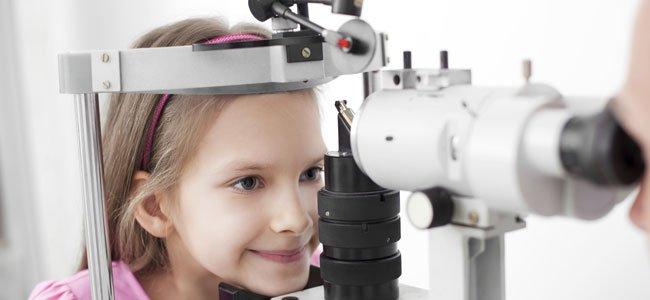 Niña en oftalmólogo