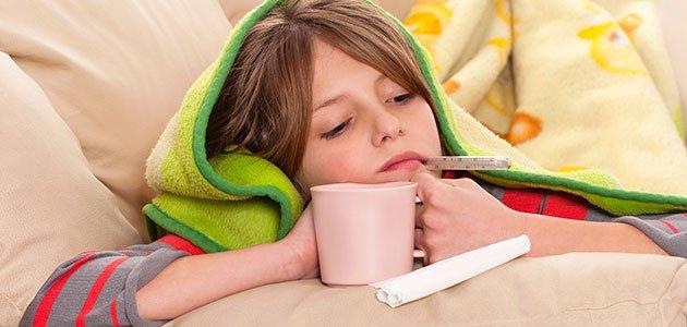 niña enferma con taza