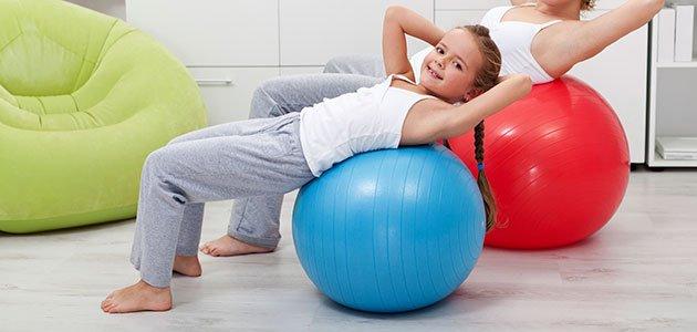 Niña hace ejercicio de espalda