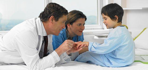 Médicos con niña en hospital