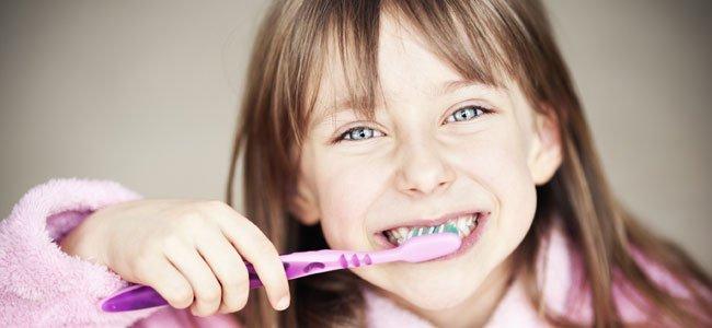 Niña limpia dientes