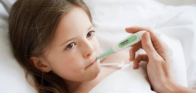 niña enferma con termómetro