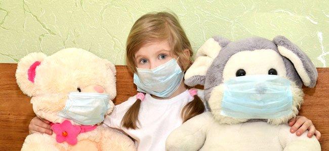Niña enferma con mascarilla
