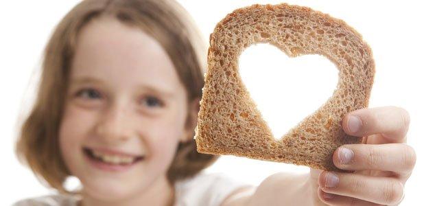 Niña con pan con corazón