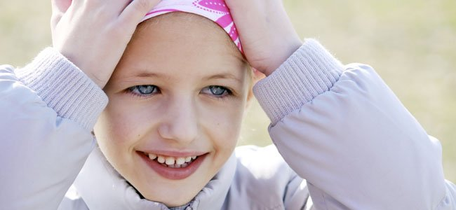Niña con pañuelo por cáncer