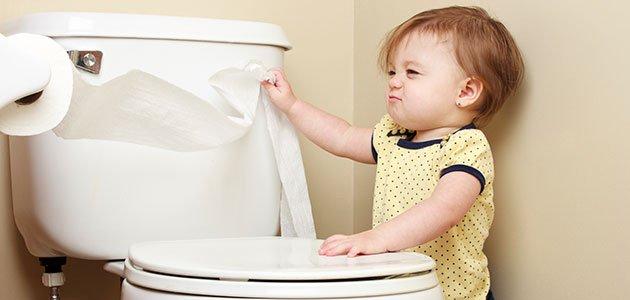 Niña con papel higiénico