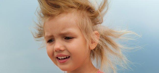 Niña con pelos despeinados por viento