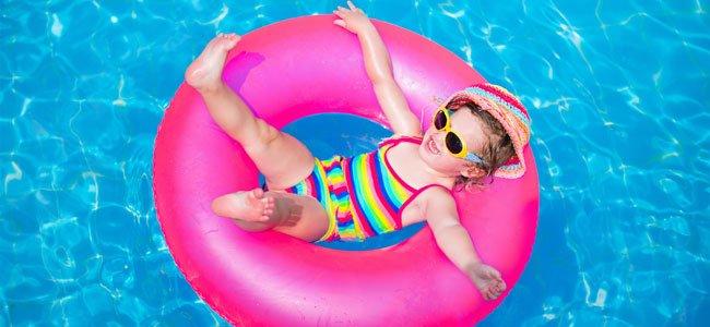 NIña en piscina y flotador
