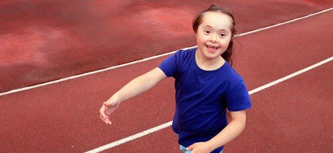 Niña con síndrome de Down corre
