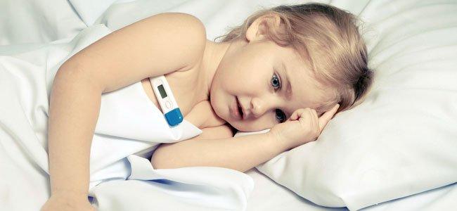 Niña enferma con fiebre