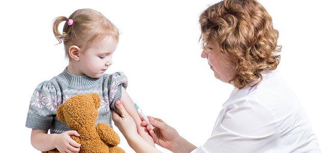 Vacunan a una niña