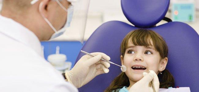 Dentista con niña