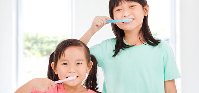 Niñas se cepillan dientes