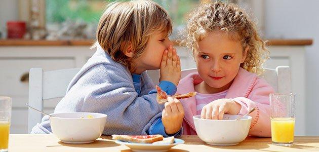 Niños desayunan juntos