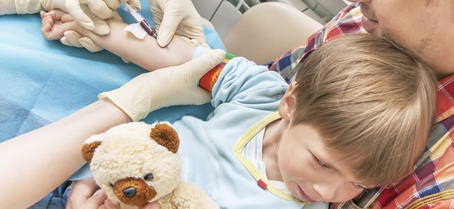 Análisis de sangre a un niño