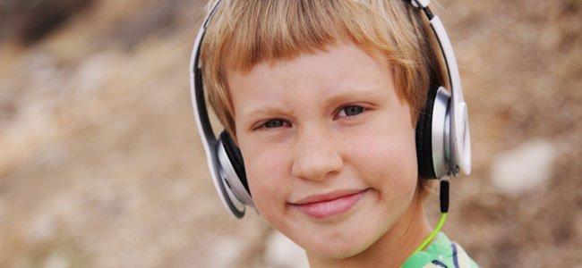 Niño con cascos