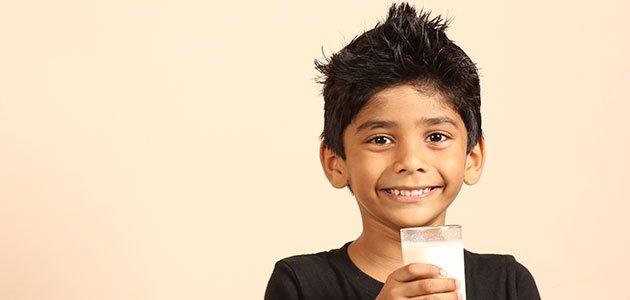 Niño bebe leche