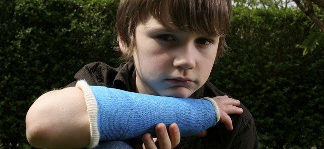 NIño con brazo roto