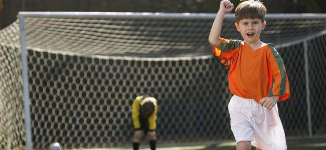 Niño celebra gol