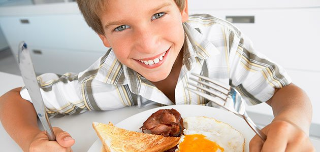 Niño come huevo