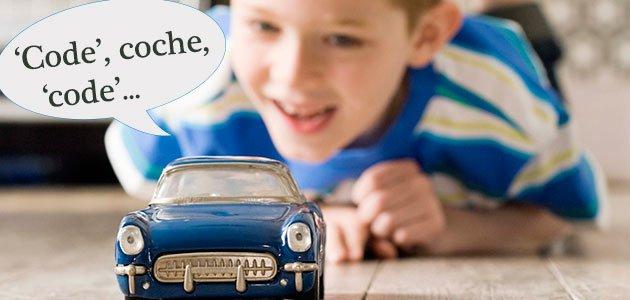 Niño juega con coche