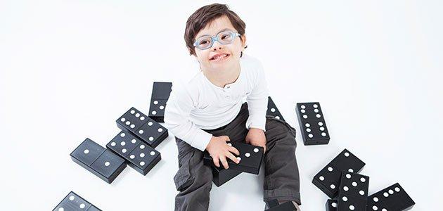 Niño con discapacidad juega