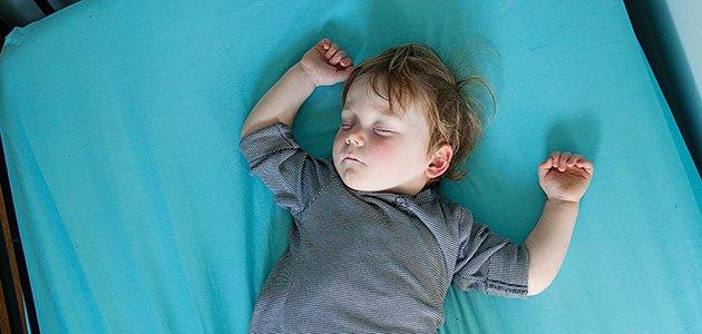 Niño duerme en colchón
