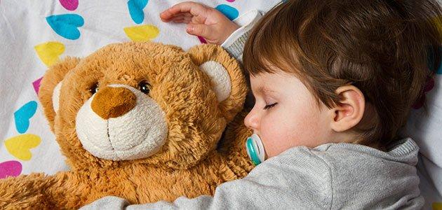 Niño que duerme con osito