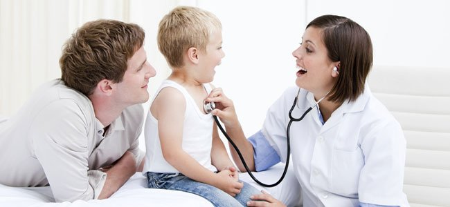 NIño con médicos