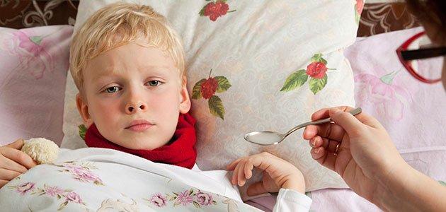 Niño enfermo toma jarabe