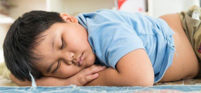 Niño gordo duerme