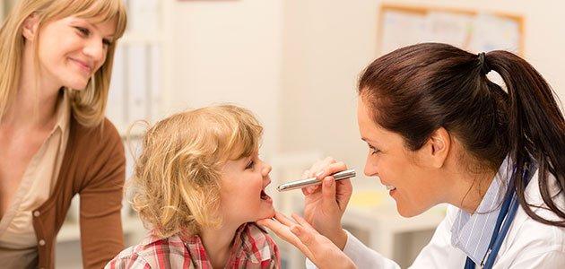 Niño va al médico con su madre