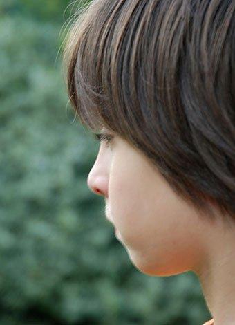 Niño con mirada ausente