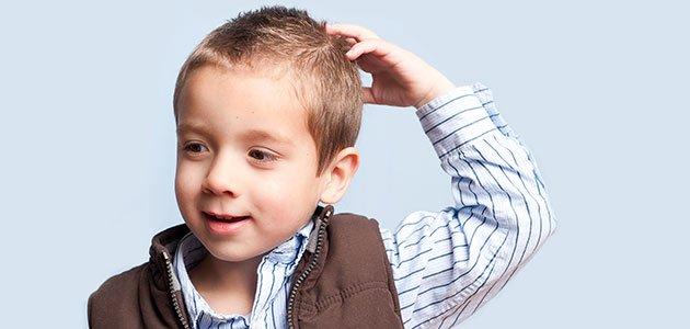 Niño que se rasca cabeza