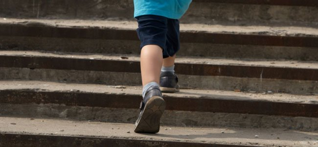 Niño sube escaleras