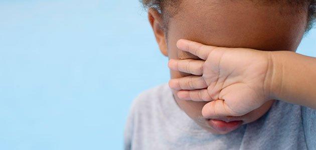 Niño que se tapa ojos