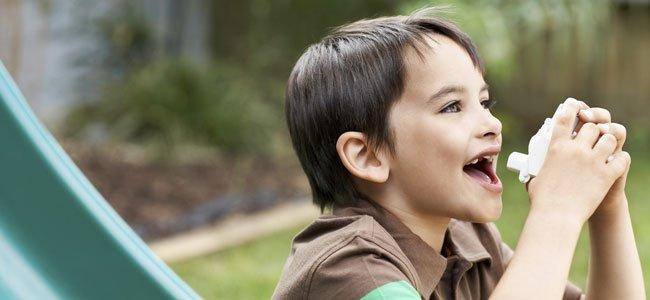 Niño con broncodilatador
