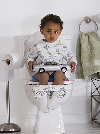 niño sentado en el inodoro