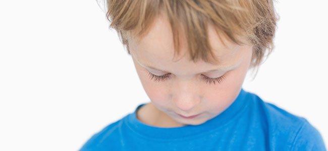 Niño con depresión infantil