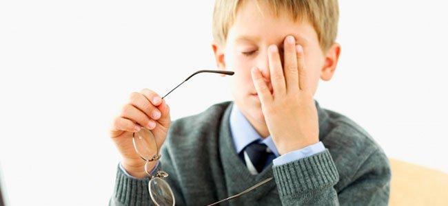 Niño se rasca un ojo