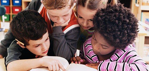 niño leen en clase juntos